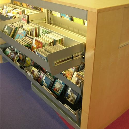 Cantilever shelving with retractable media shelf